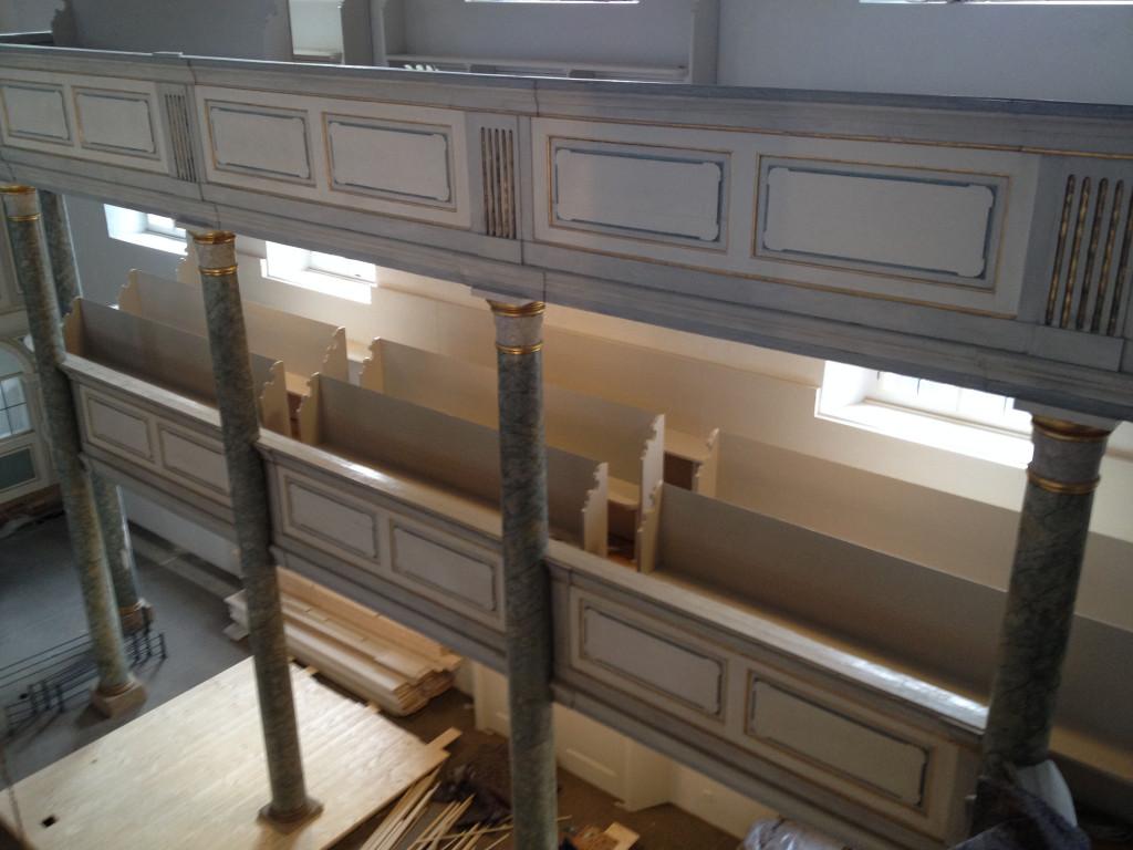 Einbau der ersten sanierten Kirchenbänke