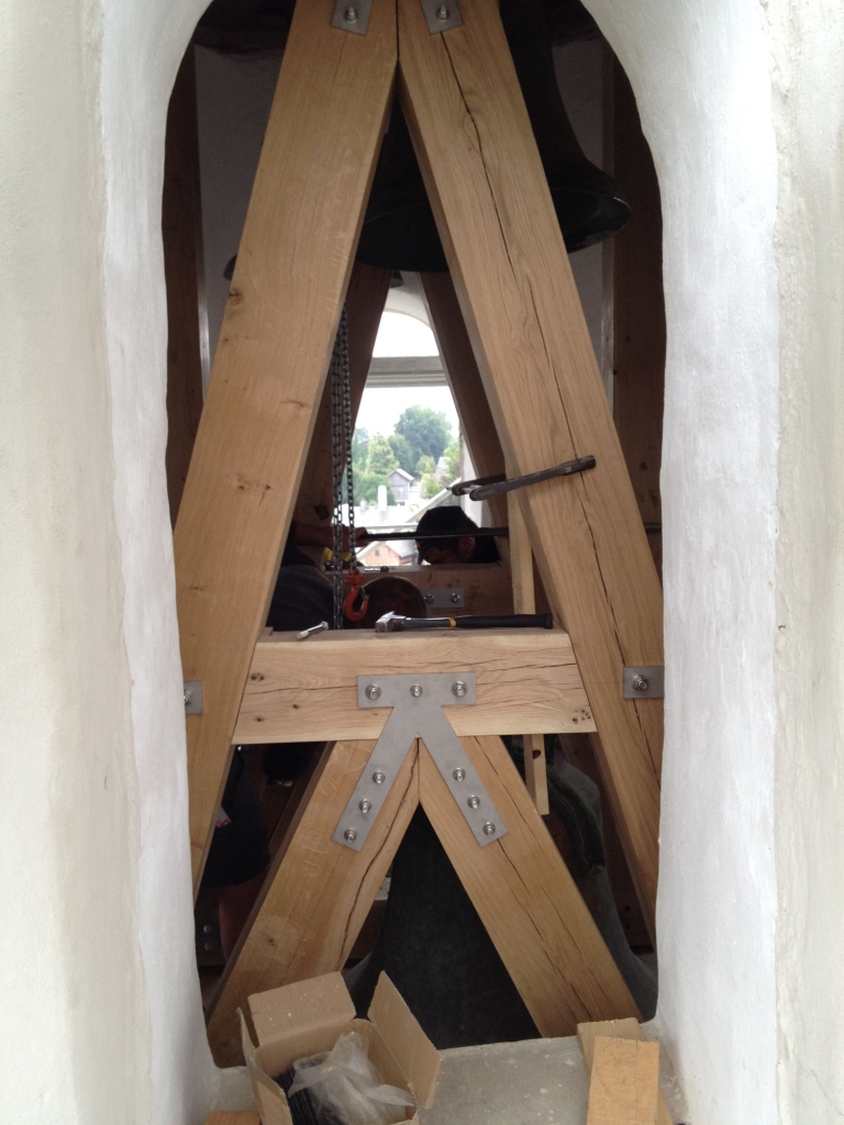 Zimmerleute errichten den neuen Glockenstuhl